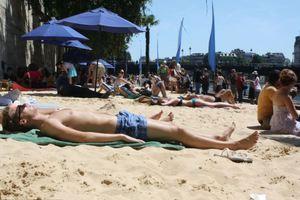 Απαγορεύεται το topless στις ακτές του Σηκουάνα