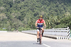 Ομογενής ποδηλάτης από την Αυστραλία μεταφέρει μήνυμα «Ελπίδας»