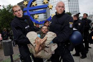 Απομακρύνθηκαν οι Αγανακτισμένοι έξω από το κτίριο της ΕΚΤ