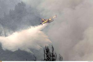 Συνεχίζει να καίει η φωτιά στο Άγιο Όρος