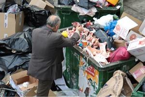 Μερίδες φαγητού σε άπορους μέσω… κάδων απορριμμάτων