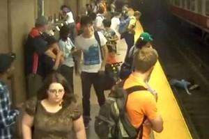 Έπεσε στις ράγες του μετρό κρατώντας αγκαλιά το γιο της