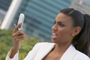 Μία στις τρεις γυναίκες ψάχνει το κινητό του συντρόφου της
