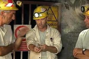 Το βίντεο με τον ανθρακωρύχο που κόβει τις φλέβες του
