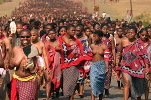 Χιλιάδες παρθένες χορεύουν για το βασιλιά
