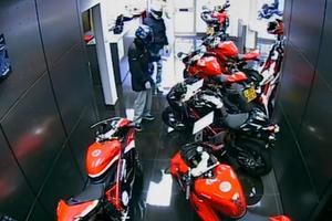 Έξι εισβολείς για δύο μηχανές Ducati!