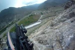 Στρατιώτης κατέγραψε τη στιγμή που δέχθηκε εχθρικά πυρά