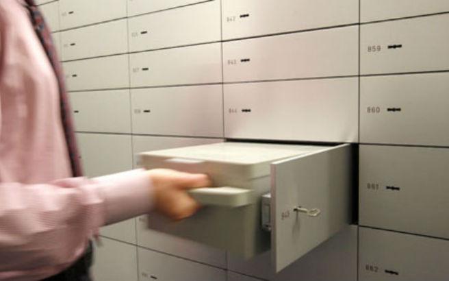 Υπάλληλοι τράπεζας «ξάφριζαν» επί 17 χρόνια αντικείμενα και χρήματα από θυρίδες