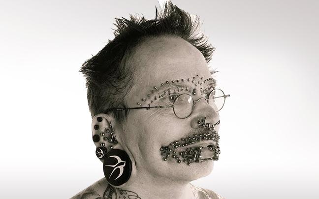 ΔΕΙΤΕ: Ο άντρας με τα περισσότερα σκουλαρίκια!