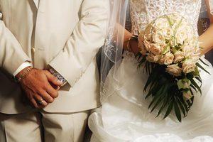 Όσες παντρεύονται μετά τα 30 βγάζουν πιο πολλά