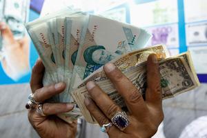 Η Τεχεράνη καταγγέλει «συνωμοσία» κατά του νομίσματός της