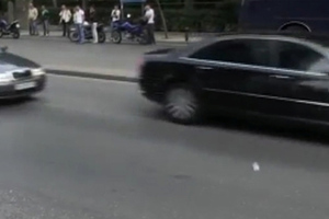 Πέταξαν μπουκάλια στην αυτοκινητοπομπή της Μέρκελ