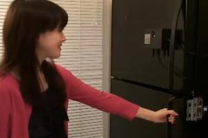 Ψυγείο ανοίγει με ένα χαμόγελο