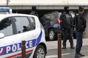 Ένοπλος κρατά τέσσερις ομήρους σε τράπεζα στο Παρίσι