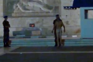 Ο γυμνός διαδηλωτής κατηγορείται για προσβολή δημόσιας αιδούς