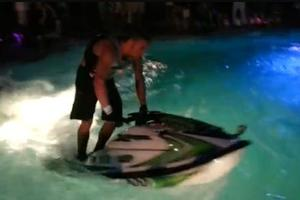 Κόλπα με τζετ σκι σε πισίνα