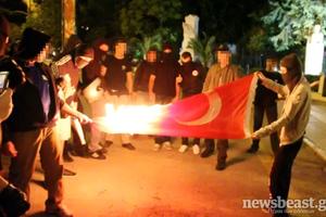 Έκαψαν την τουρκική σημαία στη Ρηγίλλης