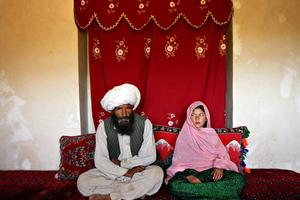 Τα κορίτσια που ντύνονται νύφες πριν κλείσουν τα δέκα τους χρόνια