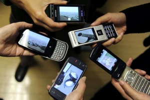 Τα 6 δισ. αγγίζουν οι συνδρομές κινητών