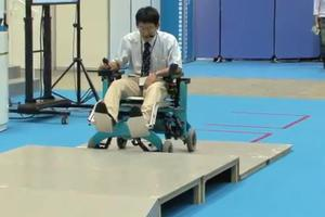 Ρομποτικό αναπηρικό αμαξίδιο ανεβαίνει σκαλοπάτια
