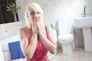 Νεαρή μητέρα φοβάται να τραβήξει... το καζανάκι