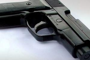 Ειδικός φρουρός τράβηξε όπλο μέσα σε μπαρ