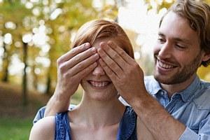 Πιο ρομαντικοί αλλά και πιο άπιστοι οι άνδρες