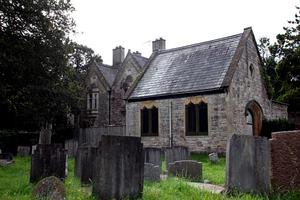 Έκαναν σπίτι τους ένα πρώην νεκροταφείο