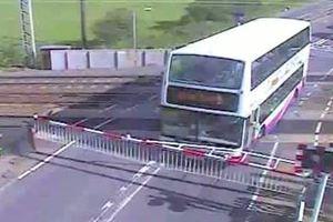Διπλό μαθητικό λεωφορείο παγιδεύτηκε σε γραμμές τρένου