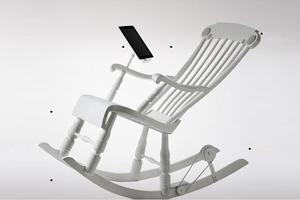 Η κουνιστή πολυθρόνα έγινε... φορτιστής για το iPad
