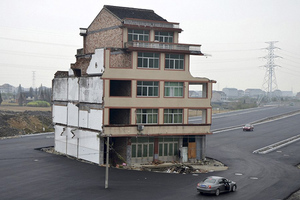 Κατεδαφίστηκε «το σπίτι στη μέση του δρόμου»