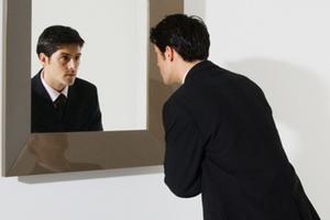 Οι επιχειρηματίες κοιτάζουν τον εαυτό τους στον καθρέφτη