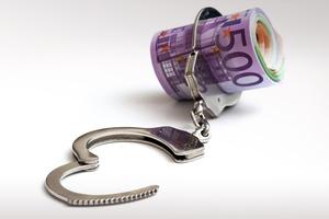 Χειροπέδες για χρέη άνω των δύο εκατ. ευρώ