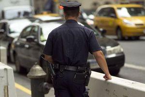 Αστυνομικός χαρίζει μπότες σε άστεγο