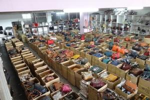Κατασχέθηκαν 15.000 τσάντες και πορτοφόλια