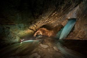 Στα άδυτα του σπηλαίου «Booming Ice Chasm»