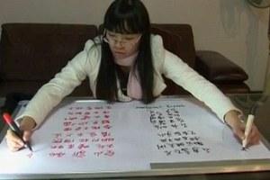 Γράφει με τα δύο χέρια ταυτόχρονα σε δύο γλώσσες!