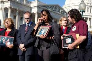Συγγενείς θυμάτων έξω από το Κογκρέσο