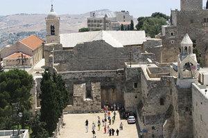 Χιλιάδες πιστοί συρρέουν στη Βηθλεέμ