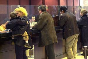 Ουρές στις τράπεζες για τα τέλη κυκλοφορίας