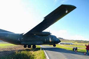 «Ξεστρατισμένο» αεροπλάνο περνά ξυστά από τον κόσμο