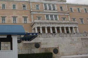 Κόρη βουλευτή κόλλησε τσίχλα στο Περιστύλιο της Βουλής