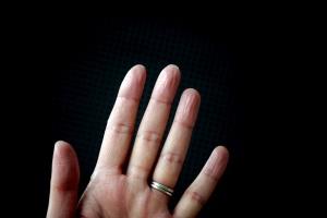 Η απιστία φαίνεται από τα δάχτυλα