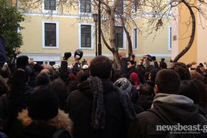 Περίπου 500 νεαροί στην Ευελπίδων για συμπαράσταση στους συλληφθέντες