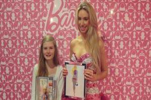 H Barbie εμπνέει… τις μικρές σχεδιάστριες μόδας
