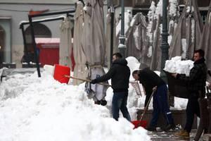 Φοιτητές καθαρίζουν το Ζάγκρεμπ από τα χιόνια