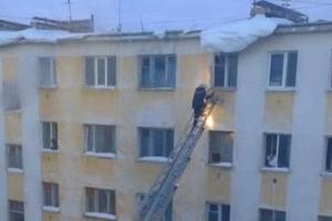 Το χιόνι έριξε τον πυροσβέστη από τη σκάλα διάσωσης