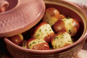 Με αυτόν τον τρόπο μπορούμε να κάνουμε τις πατάτες να μην κολλάνε στο ταψί