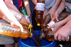 Μαθητές ανακύκλωσαν 1.200 λίτρα τηγανέλαιο και επιβραβεύτηκαν με οθόνες υπολογιστών