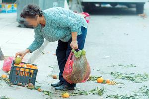 Μαζεύουν φρούτα και λαχανικά από το δρόμο